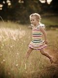 играть ребенка счастливый outdoors Стоковые Фотографии RF