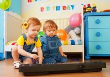 играть рояля девушки мальчика Стоковое фото RF