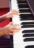 играть рояля девушки Рука и палец крупного плана Любимая классическая музыка Стоковые Фотографии RF