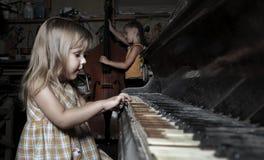 играть рояля девушки старый Стоковые Фото