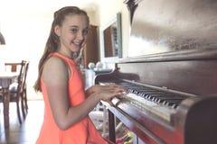 играть рояля девушки стоковая фотография rf