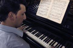 играть рояля человека Стоковые Фото