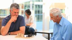 играть друзей шахмат акции видеоматериалы