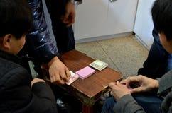 Играть руки, играя карточки: играть в азартные игры стоковая фотография rf