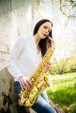 Играть саксофон в природе Стоковые Изображения RF