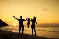 играть семьи пляжа счастливый стоковая фотография