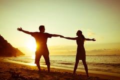играть семьи пляжа счастливый стоковое фото
