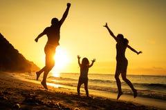 играть семьи пляжа счастливый стоковое изображение