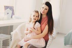 играть семьи счастливый домашний Дочь матери и малыша ослабляя и имея потеху в кровати Стоковое Фото