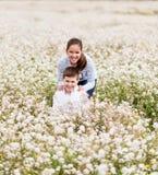 Играть среди цветков Стоковая Фотография