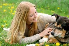 Играть счастливой девушки внешний с собакой немецкой овчарки Стоковое Изображение RF