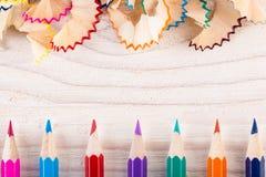Играть с карандашами и shavings карандаша Стоковое фото RF