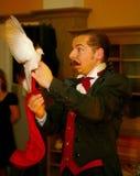 Играть с огнем - представление актером illusionist волшебник римский борщ Стоковая Фотография RF
