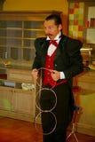 Играть с огнем - представление актером illusionist волшебник римский борщ Стоковые Фотографии RF