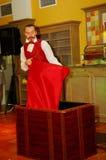 Играть с огнем - представление актером illusionist волшебник римский борщ Стоковое Фото