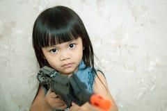 Играть с оружием стоковое изображение