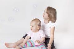 Играть с пузырями мыла Стоковое Изображение