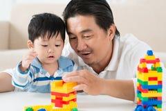 Играть с пластичными блоками Стоковая Фотография