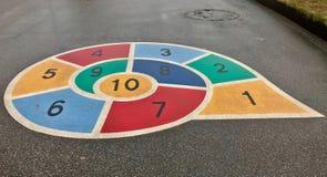 Играть улитку с номерами на спортивной площадке Стоковые Фото