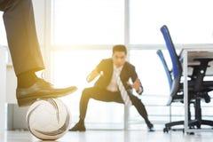 Играть футбол на открытом офисе плана Стоковые Фото