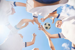 играть футбола мальчиков Стоковое Фото