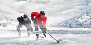 Играть хоккей Стоковые Изображения RF