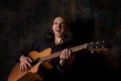 играть человека акустической гитары Стоковое Изображение RF