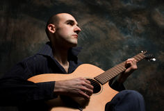 играть человека акустической гитары Стоковое Фото