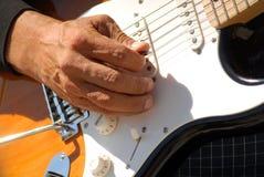 играть человека гитары крупного плана Стоковая Фотография