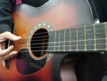 играть человека гитары Стоковая Фотография