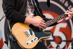 играть человека электрической гитары Стоковые Фото