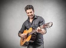 играть человека гитары стоковые фото
