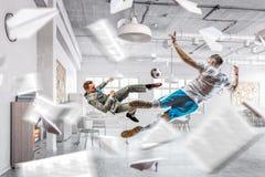 Играть шарик в офисе Стоковое Изображение RF
