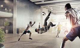 Играть шарик в офисе Стоковая Фотография