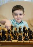 играть шахмат мальчика Стоковое Фото