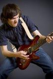играть guitaris крупного плана запальчиво Стоковые Фотографии RF