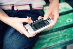 Играть handheld видеоигру   Стоковые Изображения RF