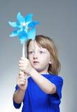 играть pinwheel мальчика Стоковое Фото
