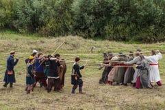 играющая Рол игра воссоздает сражения Монгол-татарского хомута в зоне Kaluga России 10-ого сентября 2016 стоковая фотография