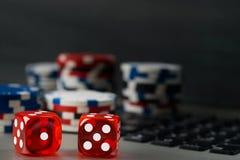 Играющ в азартные игры для денег на интернете в карточках и кости, предпосылка Стоковая Фотография