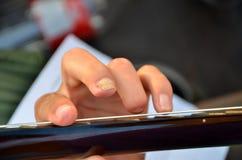 Играющ гитару при пальцы отрезанные  Стоковая Фотография