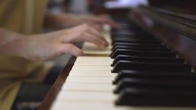 Играющ рояль дома акции видеоматериалы