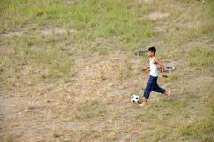 Играть футбол стоковое фото rf