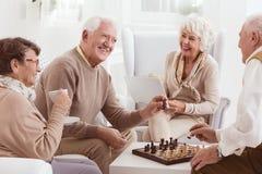 Играющ шахмат совместно стоковые изображения
