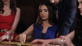 Играя в азартные игры девушка в голубом платье играя в казино сток-видео
