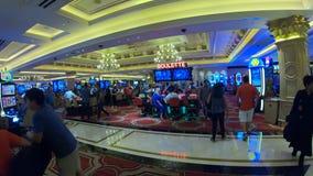 Играя в азартные игры зала в казино в Лас-Вегас - США 2017 сток-видео