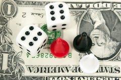 Играя в азартные игры кость для того чтобы выиграть деньги Стоковая Фотография RF