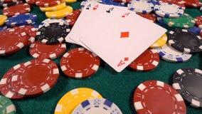 Играя в азартные игры красный цвет dices деньги карт покера и dices сток-видео