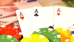 Играя в азартные игры красный цвет dices деньги карт покера и dices видеоматериал