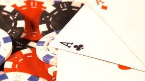 Играя в азартные игры красный цвет dices деньги карт покера и dices акции видеоматериалы